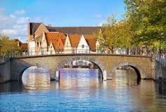 Hermosa vista de un canal y, puente, de tejados rojos en Brujas, belio fotografía de archivo