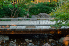 Hermosa vista de un pequeño puente de madera Fotos de archivo libres de regalías