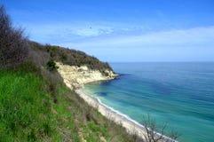 Hermosa vista de una playa salvaje y de un cielo brillante Foto de archivo libre de regalías