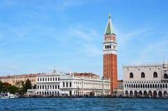 Hermosa vista de Venecia del canal grande con el campanario del campanil de St Mark, foto superior, Venecia, Italia foto de archivo