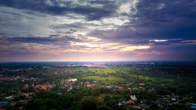 Hermosa vista de visión aérea en el crepúsculo sobre la ciudad Imágenes de archivo libres de regalías