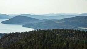Hermosa vista del archipiélago, de montañas, del bosque y del mar Skule fotos de archivo libres de regalías