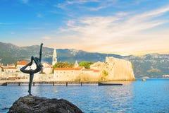 Hermosa vista del bailarín de la bailarina de la escultura de Budva en la puesta del sol, Budva, Montenegro foto de archivo