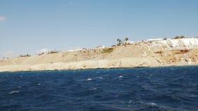 Hermosa vista del barco de placer Mar, montañas y cielo con las nubes almacen de video