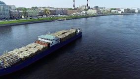 Hermosa vista del buque de la ciudad y de carga en el río en día de verano almacen de metraje de vídeo