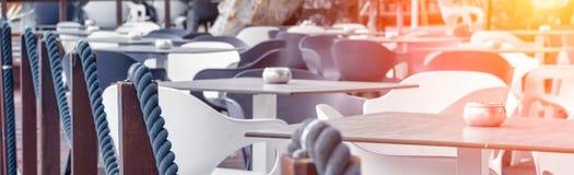 Hermosa vista del café por el mar fotos de archivo libres de regalías