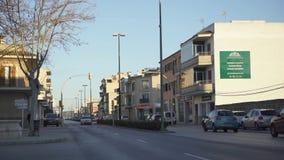 Hermosa vista del camino de ciudad en ?rea residencial Arte Igualando rayos del sol contra el cielo azul ilumine las casas de la  foto de archivo libre de regalías