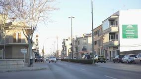 Hermosa vista del camino de ciudad en ?rea residencial Arte Igualando rayos del sol contra el cielo azul ilumine las casas de la  fotografía de archivo libre de regalías