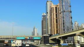 Hermosa vista del camino de jeque Zayed en la ciudad de Dubai - impulsión por las calles modernas, Dubai céntrico y Burj Khalifa almacen de video