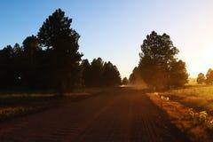 Hermosa vista del camino durante puesta del sol Camino brillante rural fotos de archivo libres de regalías