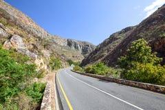 Hermosa vista del camino R324 entre Barrydale y Swellendam en Suráfrica Imagen de archivo libre de regalías