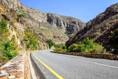 Hermosa vista del camino R324 entre Barrydale y Swellendam en Suráfrica Imágenes de archivo libres de regalías