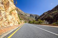 Hermosa vista del camino R324 entre Barrydale y Swellendam en Suráfrica Foto de archivo libre de regalías