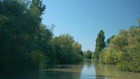 Hermosa vista del canal estrecho en el delta del r?o Danubio en la ciudad de Vilkove, Ucrania almacen de metraje de vídeo