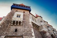 Hermosa vista del castillo con el puente de madera y las altas torres fotos de archivo