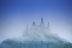 Hermosa vista del castillo de Hohenzollern en neblina Fotos de archivo libres de regalías