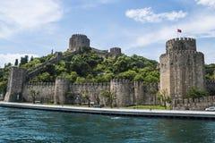 Hermosa vista del castillo en la costa costa de Bosphorus en Estambul Imágenes de archivo libres de regalías