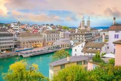 Hermosa vista del centro de ciudad histórico de Zurich en la puesta del sol imágenes de archivo libres de regalías