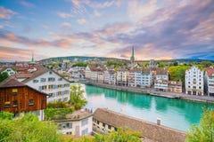 Hermosa vista del centro de ciudad histórico de Zurich en la puesta del sol fotos de archivo libres de regalías