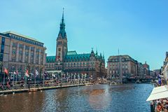 Hermosa vista del centro histórico de Hamburgo con el ayuntamiento y el lago Alster fotos de archivo libres de regalías