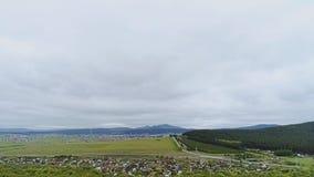 Hermosa vista del cielo, de la estepa y de las montañas del aire almacen de metraje de vídeo