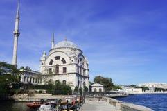 Hermosa vista del dolmabahche de la mezquita del paisaje fotografía de archivo libre de regalías