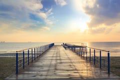 Hermosa vista del embarcadero de madera que eso lleva al mar Imagenes de archivo