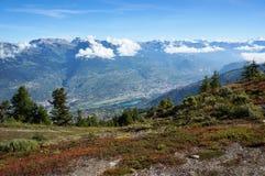 Hermosa vista del ensayo del senderismo en Nendaz, Suiza Imagen de archivo libre de regalías