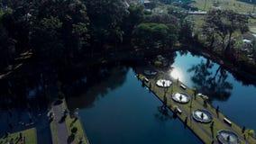 Hermosa vista del jardín en el agua con un lago, arquitectura, fuentes, puentes, avenidas, gazebos Bali Indonesia almacen de video