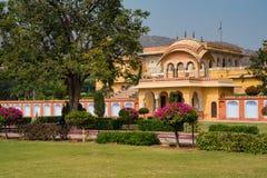 Hermosa vista del jard?n cerca del palacio en la India el d?a soleado imagenes de archivo