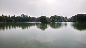 Hermosa vista del lago en el bagh lal, Bengaluru La India imagen de archivo