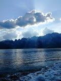 Hermosa vista del lago Kaosok a las rocas, a las nubes y al cielo azul fotos de archivo