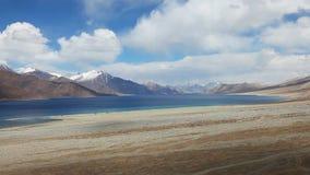 Hermosa vista del lago Pungong y cordillera de la nieve en Cachemira almacen de metraje de vídeo