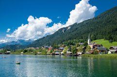 Hermosa vista del lago y de la ciudad de Weissensee, Austria imagenes de archivo