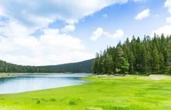 Hermosa vista del lago y de montañas azules fotografía de archivo