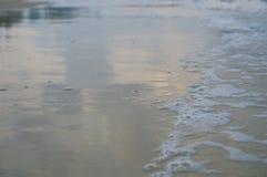 Hermosa vista del mar cuando la onda golpeó la costa Fotos de archivo