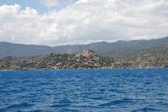 Hermosa vista del mar Mediterráneo y de la orilla rocosa debajo del cielo azul foto de archivo