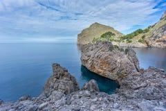 Hermosa vista del mar Mediterráneo en Sa Calobra, Majorca Imágenes de archivo libres de regalías