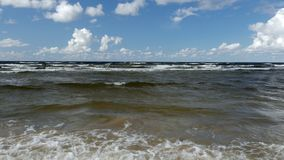 Hermosa vista del mar que agita en la playa del mar Báltico almacen de metraje de vídeo