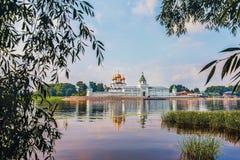 Hermosa vista del monasterio de Ipatiev de la trinidad santa en Rusia en la ciudad de Kostroma en el Volga imagen de archivo