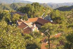 Hermosa vista del monasterio de Trooditissa en Cedar Valley Nature Reserve en Chipre Fotografía de archivo