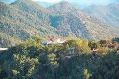 Hermosa vista del monasterio de Trooditissa en Cedar Valley Nature Reserve en Chipre Imágenes de archivo libres de regalías