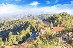 Hermosa vista del monasterio de Trooditissa en Cedar Valley Nature Reserve en Chipre Imagen de archivo