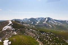 Altas montañas con los bosques Imagenes de archivo