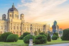 Hermosa vista del museo de Art History y del monumento de bronce de la emperatriz Maria Theresa en Viena, Austria Fotografía de archivo