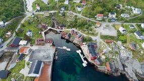 Hermosa vista del pequeño pueblo Moskenes en Noruega Lofoten foto de archivo libre de regalías