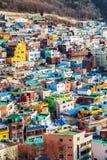 Hermosa vista del pueblo con las casas brillantes coloridas Foto de archivo