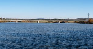 Hermosa vista del puente de la autopista sobre un agua imágenes de archivo libres de regalías