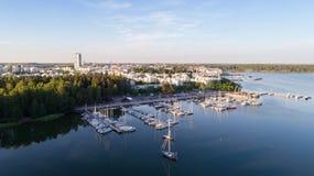 Hermosa vista del puerto y de barcos Ciudad de Helsinki en el verano fotos de archivo