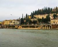 Hermosa vista del río del castillo, del Adigio de San Pietro StPeter del castillo y del paisaje urbano de Verona, Italia imagen de archivo